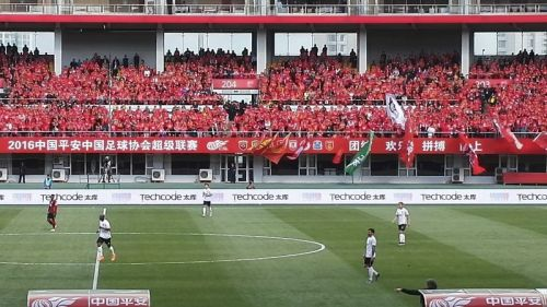 秦皇岛市奥体中心体育场内气氛热烈,助威的球迷座无虚席