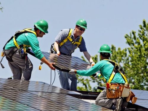 SolarCity员工在给用户安装太阳能屋顶